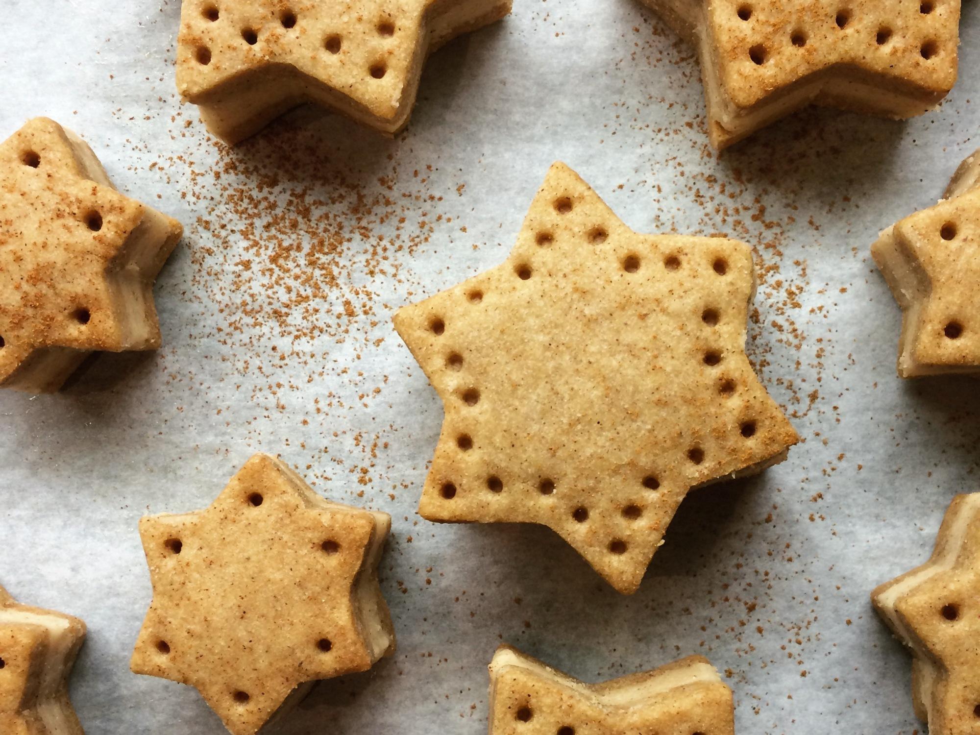 Gingerbread cookies with cinnamon custard buttercream filling | AM ...